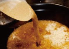 国産黒豚のげんこつと背骨を12時間以上じっくり煮込み、さらに鶏ガラをブレンドした力強くて濃厚な豚骨スープ